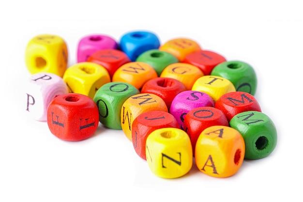 Lettere dell'alfabeto colorato inglese su sfondo bianco. Foto Premium