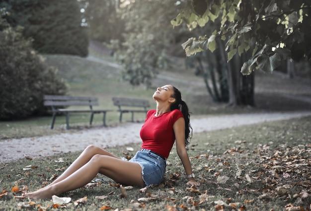 Godersi l'autunno in un parco Foto Premium