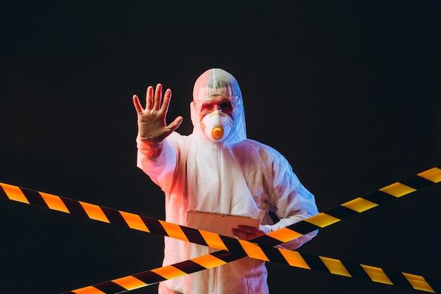 Epidemiologo su indumenti protettivi in area riservata Foto Premium