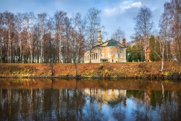 La cattedrale dell'epifania del cremlino a uglich con la riflessione nel flusso di pietra Foto Premium