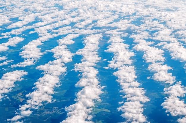 Uguali file di nuvole dall'altezza dell'atmosfera. Foto Premium