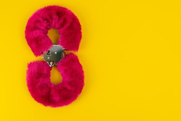 Manette giocattolo erotico con pelliccia rosa a forma di numero otto prodotti per adulti Foto Premium