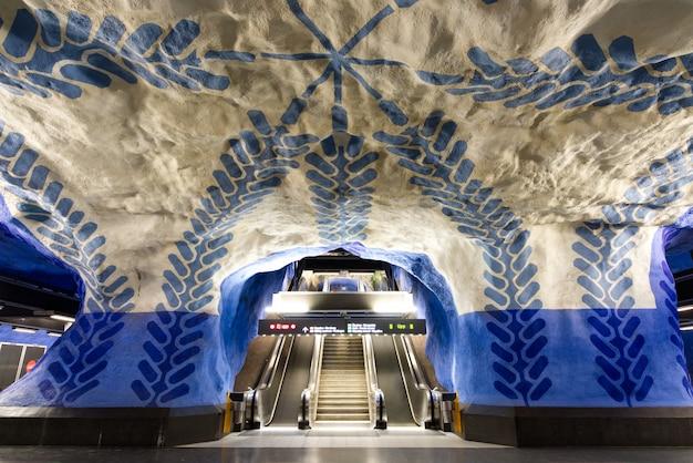 Scala mobile vicino alla piattaforma della metropolitana sotterranea alla stazione centrale di t-centralen. Foto Premium