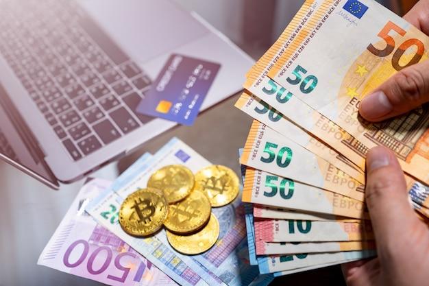 Euro moneta elettronica e moneta elettronica bitcoin per acquisti online. Foto Premium