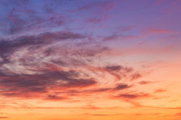 Cielo serale con luce solare tramonto colorato Foto Premium