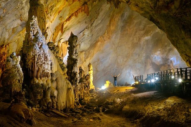 Esplora la grotta del paradiso in vietnam Foto Premium
