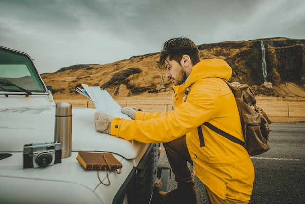 Esplora il tour islandese, viaggiando attraverso l'islanda alla scoperta di destinazioni naturali Foto Premium