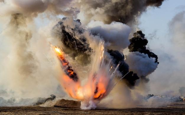 Esplosioni di proiettili e bombe, fumo. ricostruzione della battaglia della seconda guerra mondiale. battaglia di sebastopoli. Foto Premium