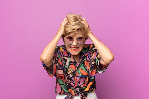 Bella donna anziana espressiva Foto Premium