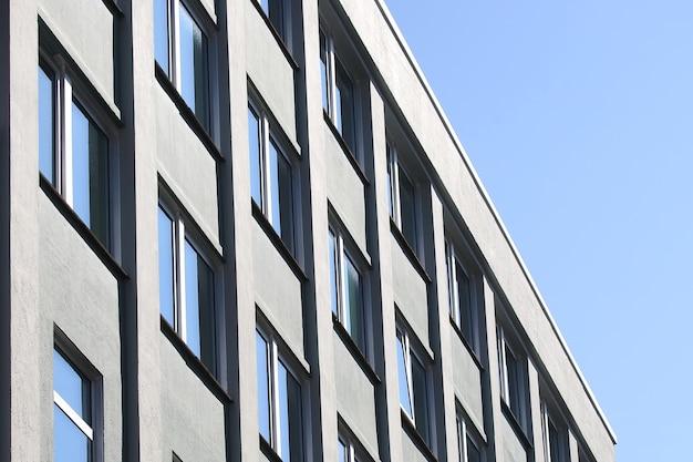 La facciata del palazzo con finestre Foto Premium