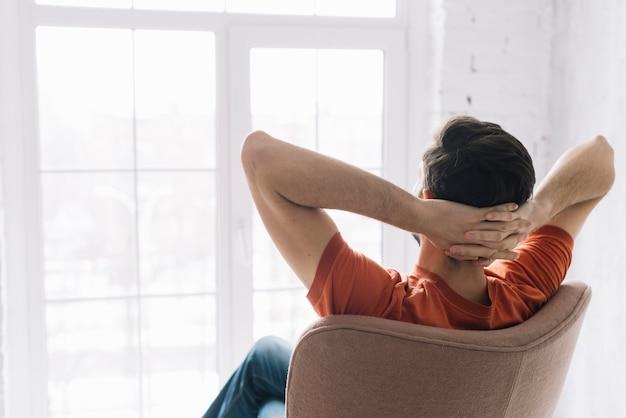 Uomo senza volto che si rilassa in poltrona Foto Premium