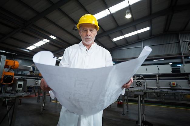 Ingegnere di fabbrica che esamina modello Foto Premium