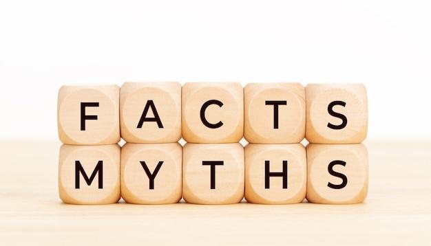 Fatti concetto di miti. blocchi di legno con testo sul tavolo. Foto Premium