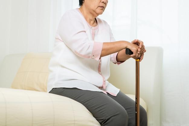Svenimento, mal di testa, stress dell'anziana con il bastone, problema sanitario del concetto senior Foto Premium