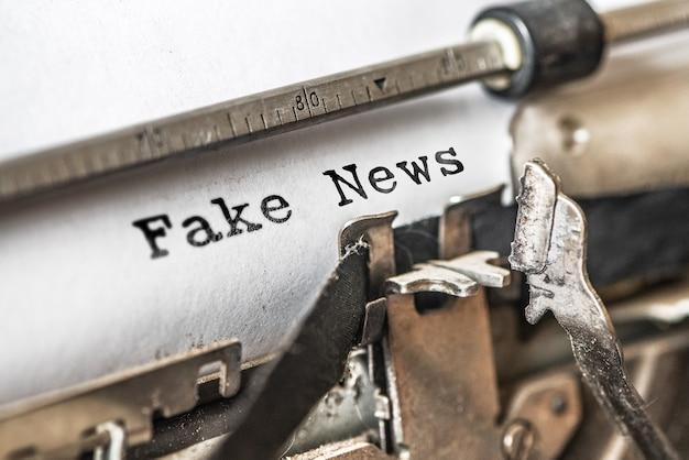 Le notizie false hanno digitato parole su una macchina da scrivere vintage. Foto Premium