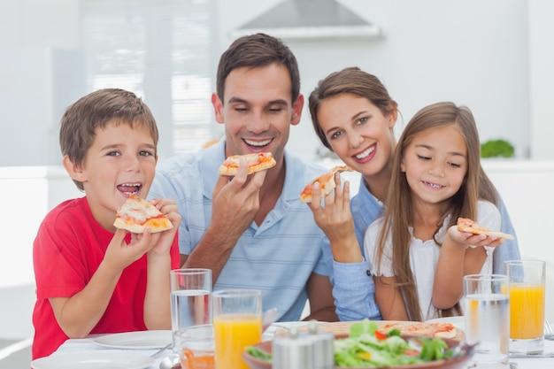 Risultato immagini per famiglia mangia pizza