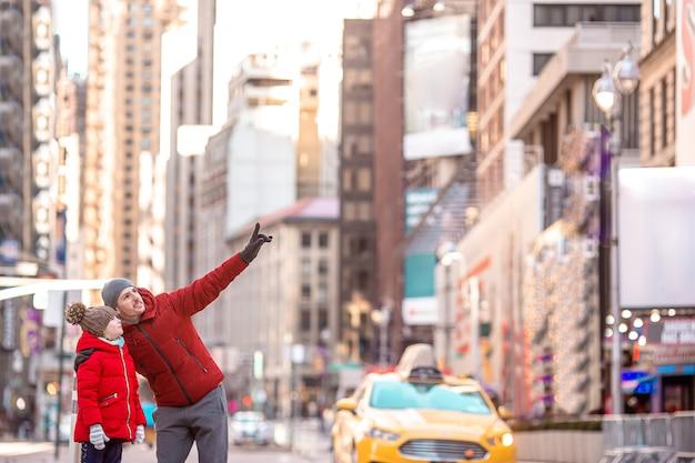 Famiglia di padre e bambino a times square durante le loro vacanze a new york city Foto Premium