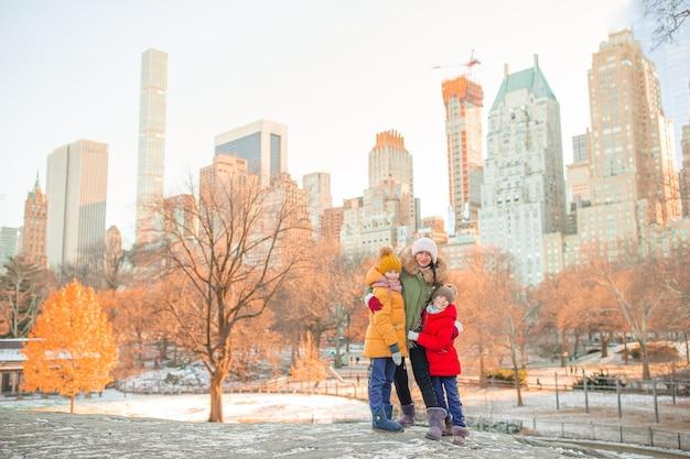 Famiglia di madre e figli a central park durante le loro vacanze a new york city Foto Premium