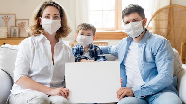Famiglia che indossa maschere mediche al chiuso Foto Premium