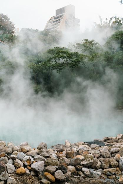 La famosa beitou thermal valley nel parco beitou, vapore bollente dalla sorgente calda che galleggia attraverso gli alberi nella città di taipei, taiwan. Foto Premium