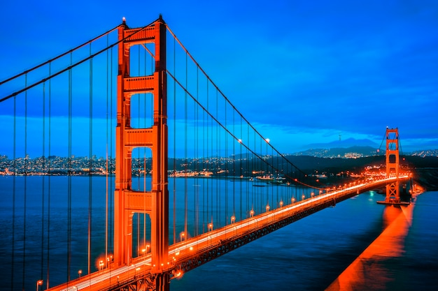 Famoso golden gate bridge di san francisco di notte, stati uniti d'america Foto Premium