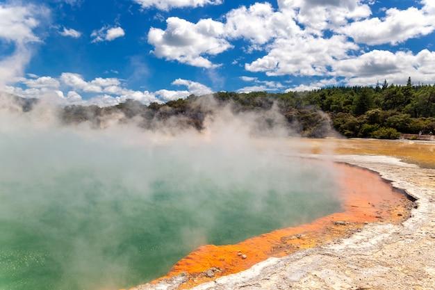 Famoso lago termale champagne pool nel paese delle meraviglie thermanl di wai-o-tapu a rotorua, nuova zelanda Foto Premium