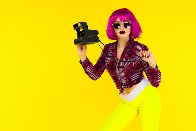 Ritratto di ragazza di moda con la fotocamera Foto Premium