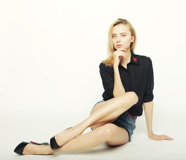 Modello di moda donna in posa in studio su sfondo bianco Foto Premium