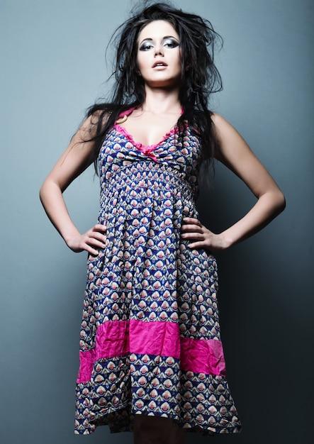 Abito da portare della donna del modello di moda Foto Premium