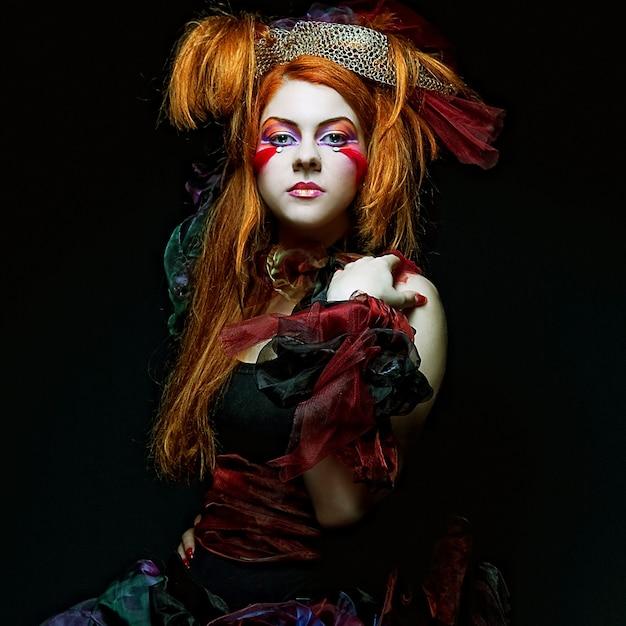 Moda donna in stile bambola. trucco creativo abito fantasia. Foto Premium