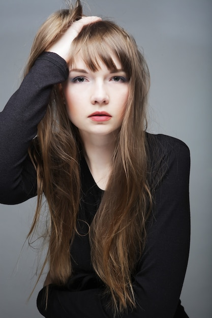 Moda giovane modella in posa in studio Foto Premium