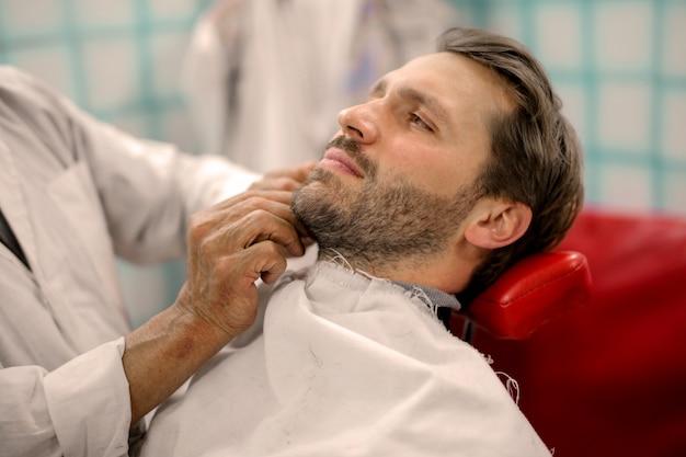 Uomo alla moda alla moda dal barbiere Foto Premium