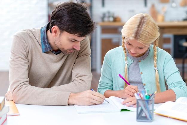 Padre fa da tutor per sua figlia e le insegna Foto Premium
