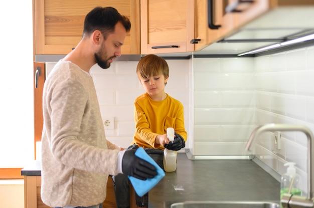 Padre e figlio pulizia della cucina Foto Premium