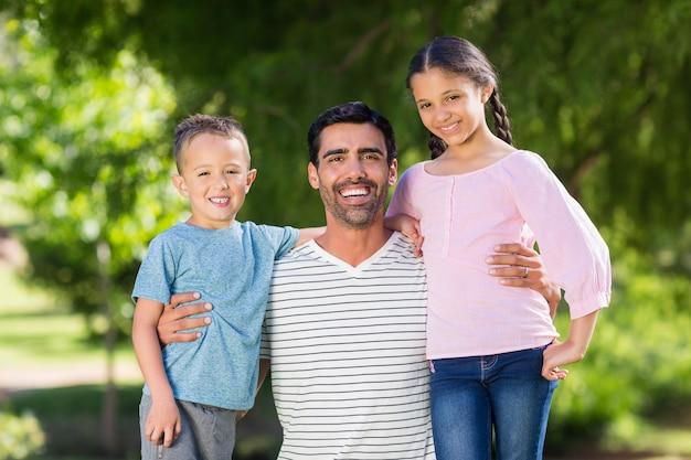 Padre divertirsi con suo figlio e sua figlia nel parco Foto Premium