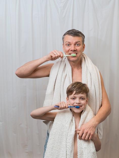 Papà papà e figlio si lavano i denti Foto Premium