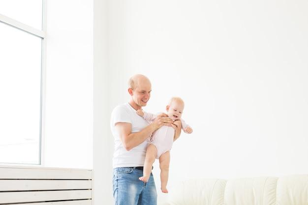 Padre e bambino piccolo bambino al chiuso a casa, giocando Foto Premium