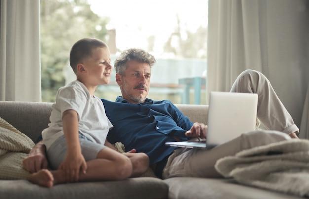 Padre e figlio con un laptop Foto Premium