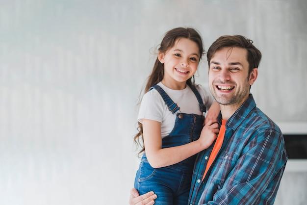 Concetto di giorno di padri con padre portando la figlia Foto Premium