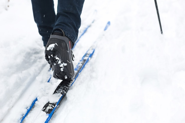 Piedi di uno sciatore con scarponi da sci sugli sci di fondo nella neve Foto Premium