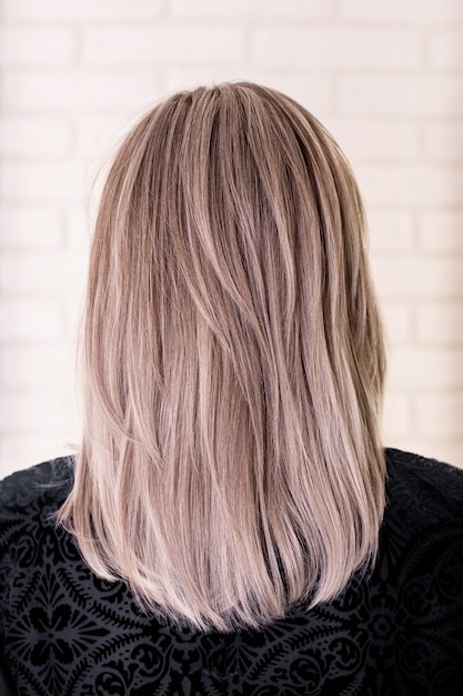Parte posteriore femminile con capelli biondi grigi Foto Premium