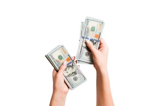 Mano femminile in possesso di un fascio di banconote da un dollaro Foto Premium