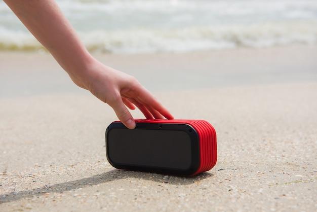 Altoparlante portatile tocco mano femminile Foto Premium