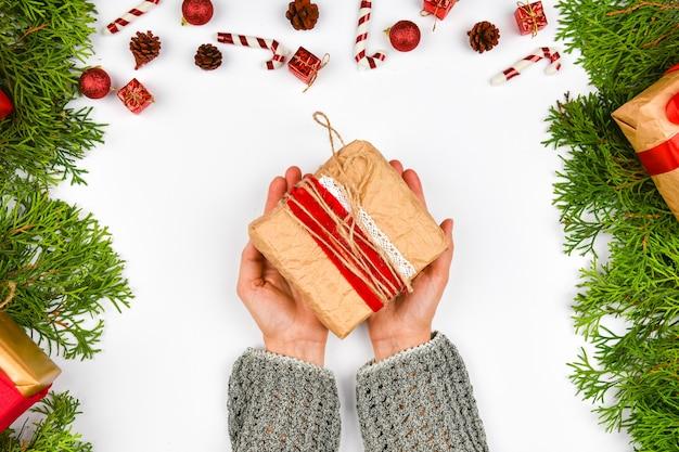 Le mani femminili danno una vista dall'alto del regalo Foto Premium