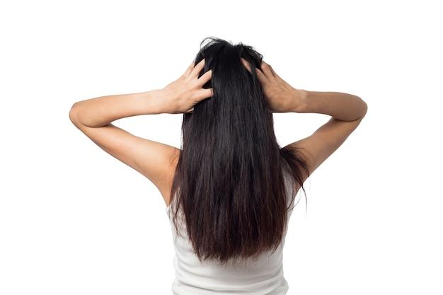 Femmina prurito cuoio capelluto prurito i capelli su un bianco Foto Premium