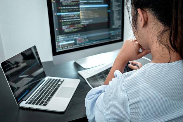 Programmatore femminile che lavora nel computer software javascript in ufficio it Foto Premium