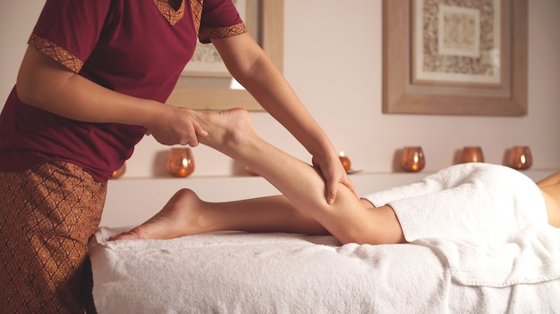 La terapista fa un massaggio rilassante ai piedi. rilassati nella spa dopo una giornata intensa Foto Premium