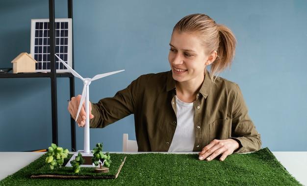 Donna che lavora per progetti ambientali Foto Premium