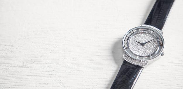 Orologio da polso femminile sulla scrivania bianca. Foto Premium