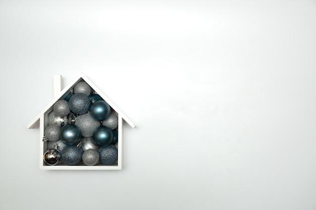 Composizione festiva in natale con casa e con palle di natale. vista dall'alto Foto Premium